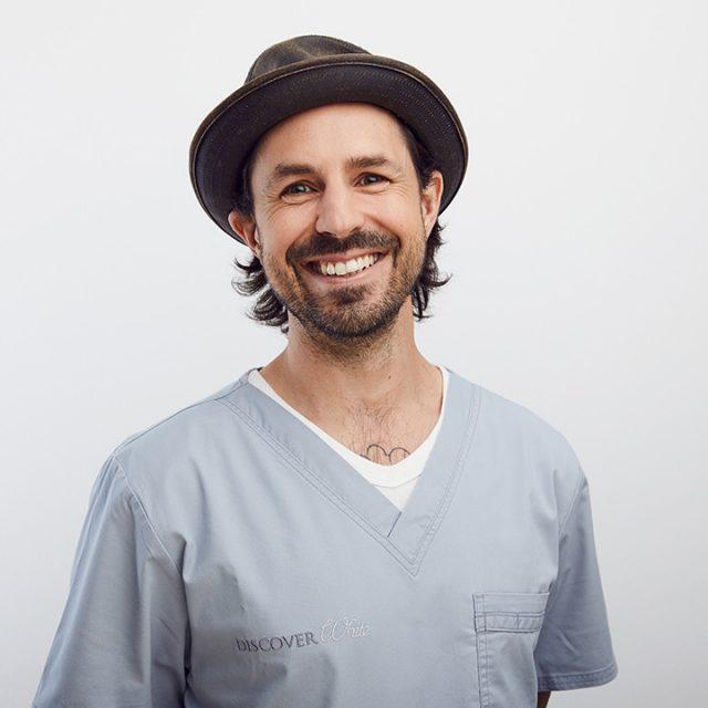 Bei Discover White erwartet Sie ein freundliches kompetentes Zahnärzteteam sowie fortgebildete zahnmedizinische Fachangestellte .