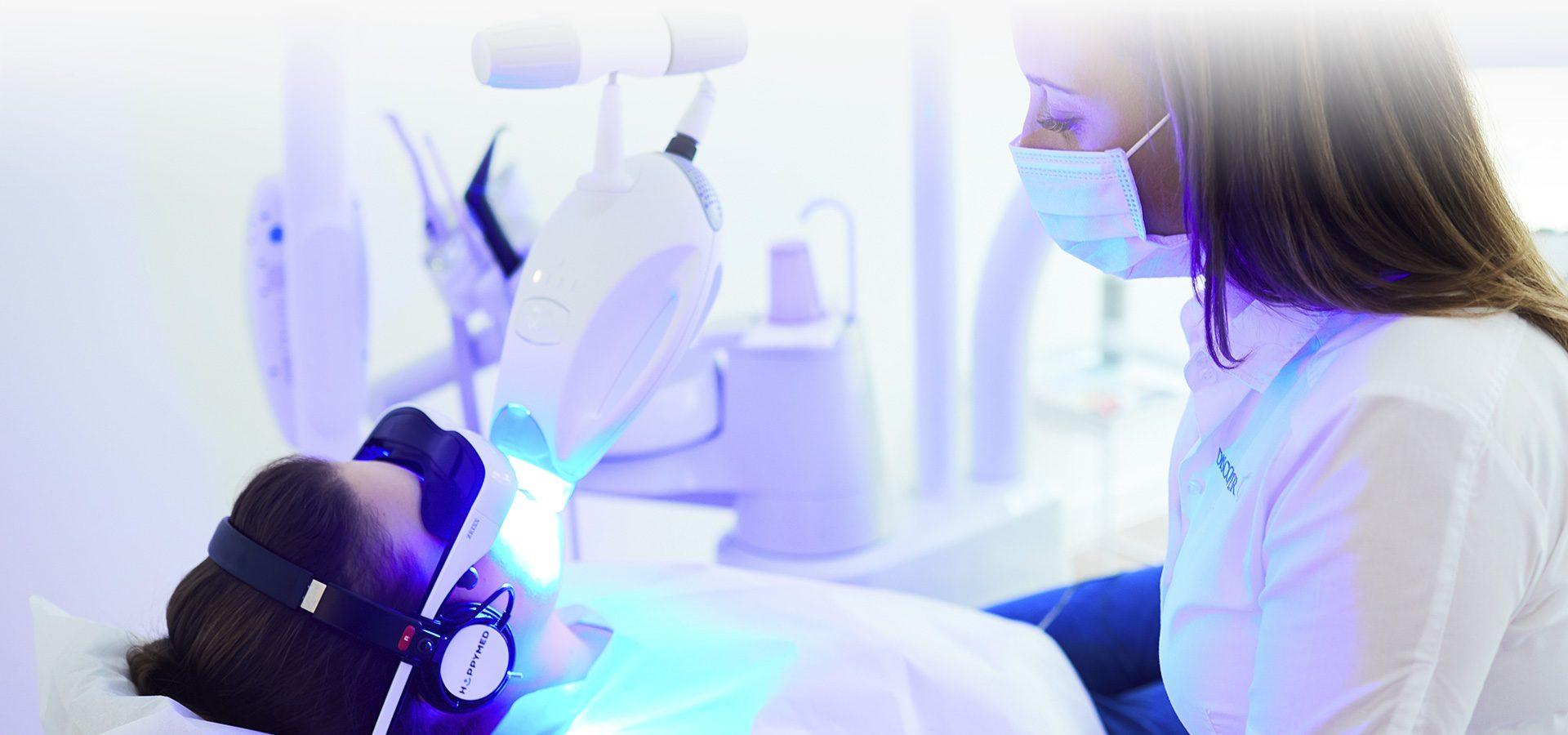 Schöne, weisse Zähne durch professionelle Zahnaufhellung. Gönnen Sie sich ein strahlendes Lächeln mit Discover White in Düsseldorf!