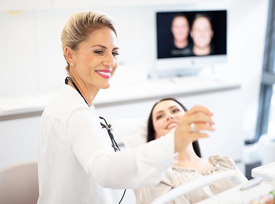 Sie wünschen sich strahlend schöne, weiße Zähne? Dann vereinbaren Sie einen Termin in unserer Zahnarztpraxis Discover White.